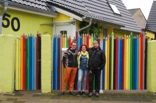 Familie Schultheiß präsentiert stolz ihr Buntstifttor