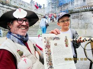 Geschafft: Ankunft in Santiago de Compostela, Dieter Dutzi mit Enkelsohn
