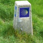 Gelbe Muschel auf blauem Grund: das Symbol für Wege der Jakobspilger durch ganz Europa