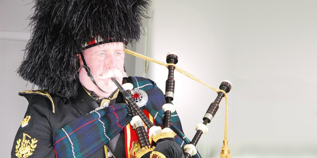 Peter Kunz aus Forst spielt auf seinem Dudelsack
