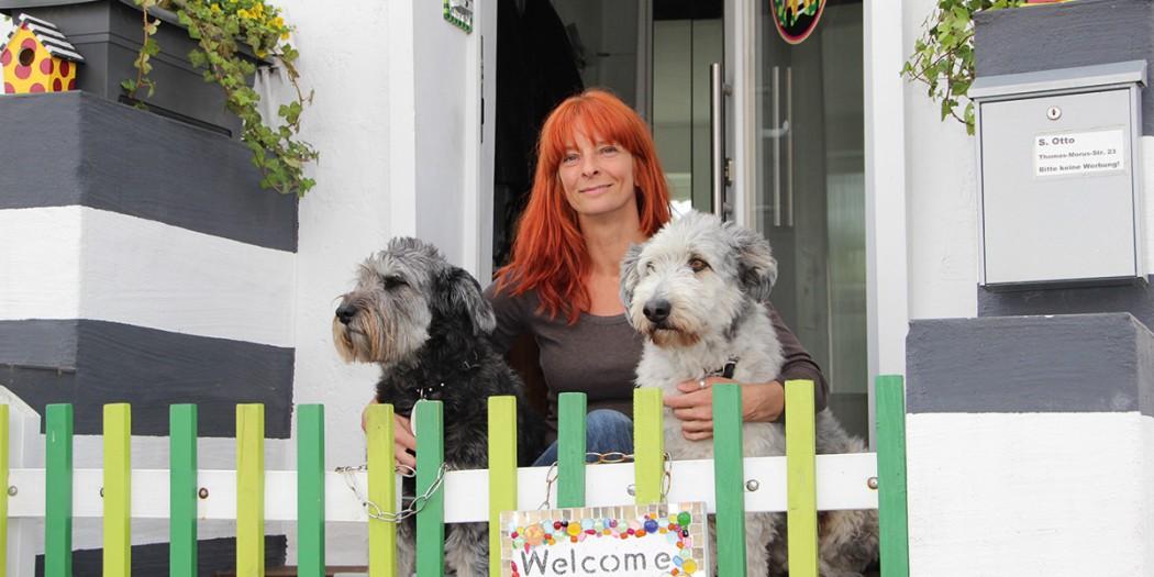 Stefanie Otto mit ihren Hunden Sina und Attila