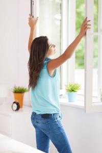 Mehrmals täglich Stoßlüften bei vollständig geöffneten Fenstern.