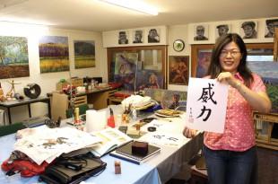 """WILLI auf Chinesisch: Charlene schrieb """"Willi"""" mit Tusche auf ein Blatt Papier und verrät: """"Das bedeutet kräftig""""."""