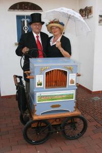 Mit der selbstgebauten Drehorgel tritt James zusammen mit seiner Frau Gisela auf so mancher Veranstaltung auf.