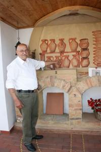 Den Brennofen, teils mit original Steinen aus der Römerzeit, baute James vor seinem Haus auf