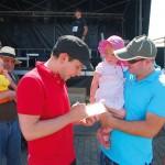 Autogrammstunde: Juri nimmt sich Zeit für die kleinen Fans