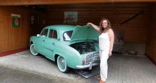 Selbst ist die Frau: Tatjana Grath hat ihre Dauphine aus dem Jahr 1959 eigenhändig restaurieren, zum Laufen gebracht und kann unterwegs Pannen beheben