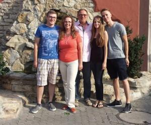 Die Kinder Etienne, Jerome und Anastasia sowie ihr Mann Dieter haben viel Verständnis für die Engagements der Helmsheimerin