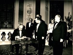 HELMUT KOHL trägt sich am 12. November 1987 bei seinem Besuch des Bruchsaler Schlosses im Rahmen der deutsch-französischen Konsultationen der Staats- und Regierungschefs ins Goldene Buch der Stadt Bruchsal ein.