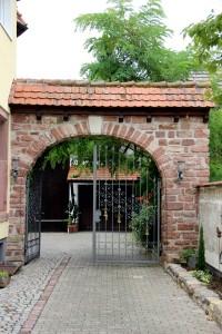 Hingucker: Das Tor mit Schmuck-Elementen aus dem Hotel Ritter.