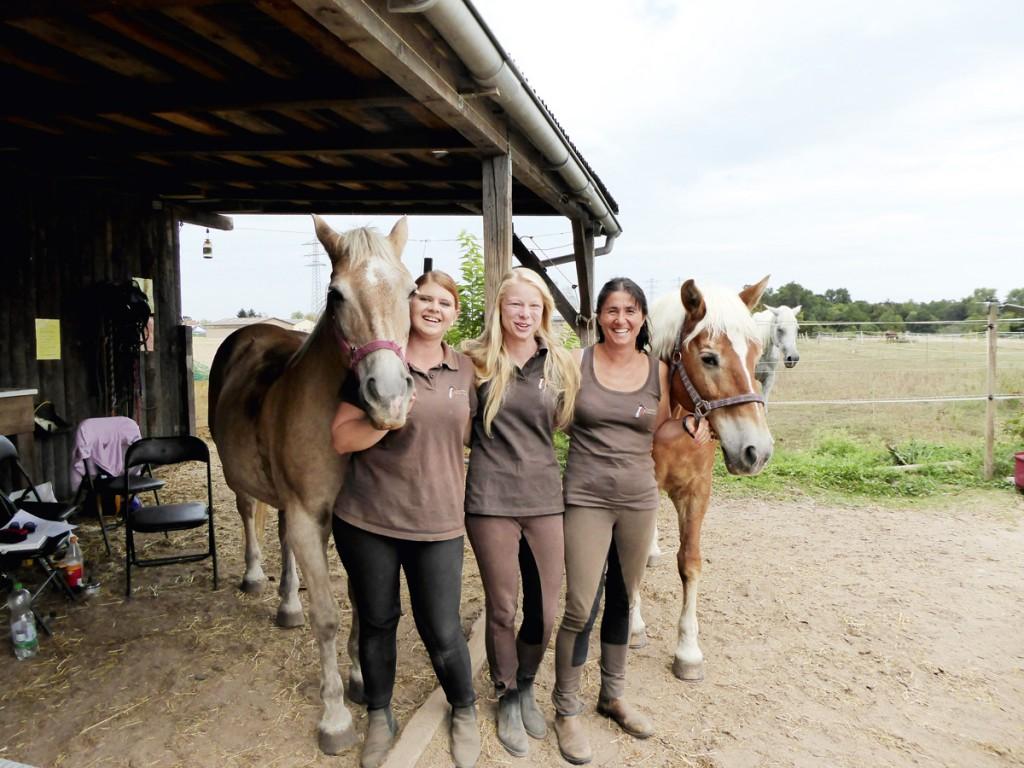 Pferdeliebhaber und wertvolle Helfer: Melanie Braun, Lisa Bickel, Marina Schramm.
