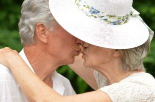 Paar-älter-Senioren-Kuss-verlieb