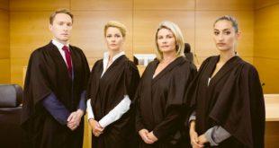 Anwälte-Gerichtssaal-Rechtsberatung