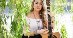 Laura Ries mit Gitarre