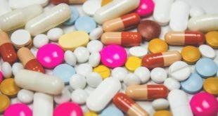 viel bunte Tabletten liegen auf dem Tisch