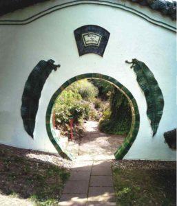 Runder Eingang zum Garten durch eine Wand