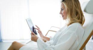 Symbolbild Relaxen - Junge Frau surft mit Tablet im Internet