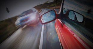 Auto-Gefahr-Gegenverkehr-Geschwindigkeit-Risiko-ss170108288