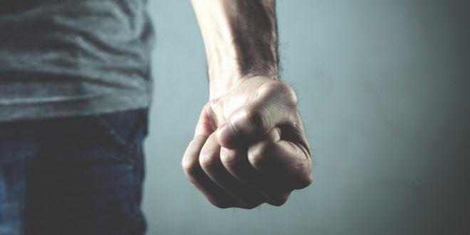 symbolbild-faust-gewalt