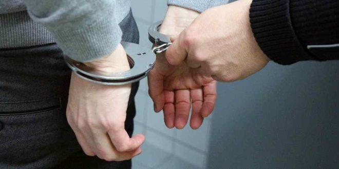 Symbolbild Blaulicht Handschellen Verhaftung Verbrechen Kriminalität