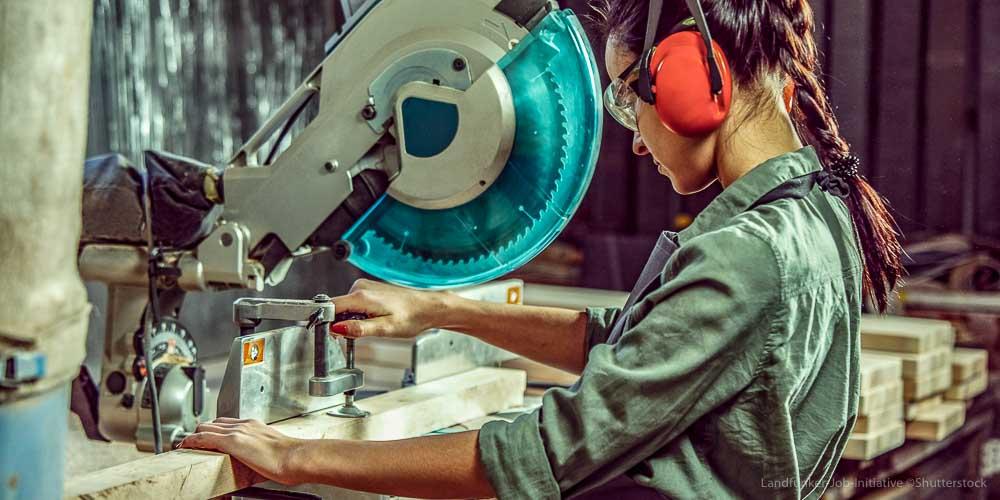 Handwerk Frau Metallberuf Schreinerei Holzbearbeitung