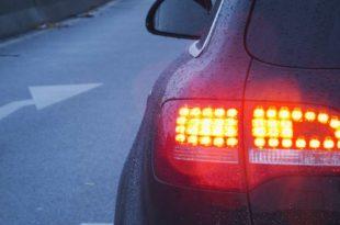 Symbolbild_Auto_Gefahr_Bremsen_Rücklicht