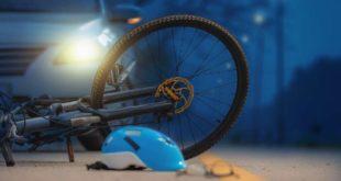 Symbolbild_Auto_Unfall_Fahrrad Helm Verletzung Nacht
