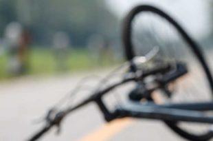 Symbolbild_Auto_Unfall_Fahrrad_Helm_bei-Tag