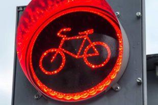 Symbolbild_Fahrrad_Ampel_rot_ss_354390614