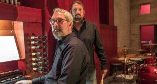Symphonic-Rock-Duo-vor-Orgel-rot_o