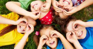 Symbolbild-Kinder-Freunde-zusammen-spielen-Fernglas-spass-ss186259316