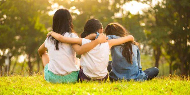 Symbolbild-Kinder_Freunde-zusammen-draussen-spielen_ss273209597