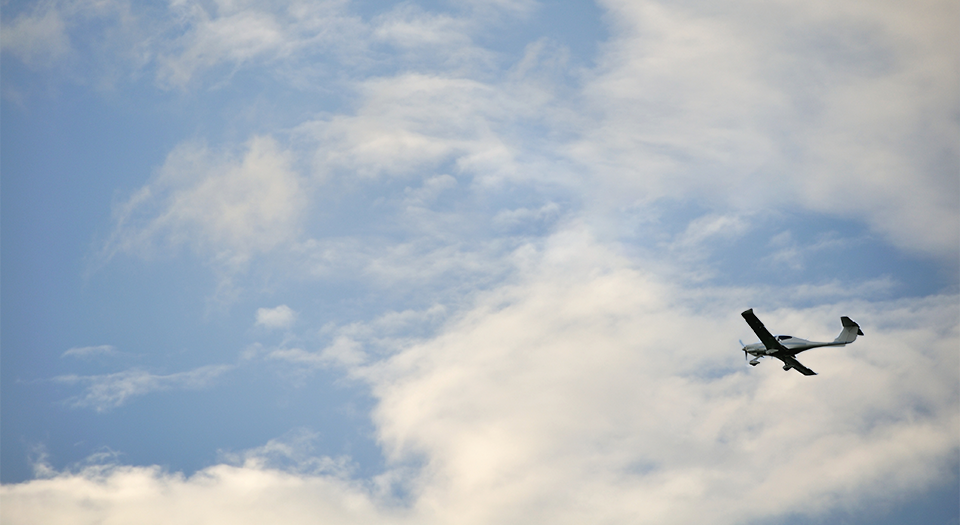 Kleinflugzeug am Himmel