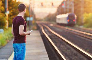 Symbolbild-Bahnsteig-leer-keine-Zug-Verspätung-ss471676736