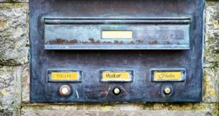 Symbolbild Briefkasten Klingelschild ss200787641