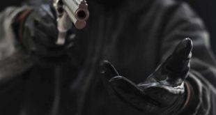Maskierter Mann mit Pistole Überfall