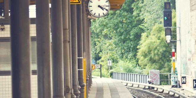 ss_155159801 Zug Gleise
