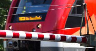 Geschlossene Bahnschranke Regionalzug