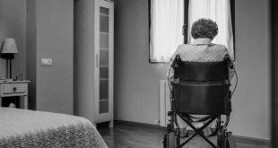 Seniorin Pflegeheim Rollstuhl