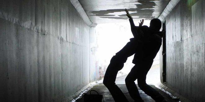 Gewalt Faust Überfall Tunnel