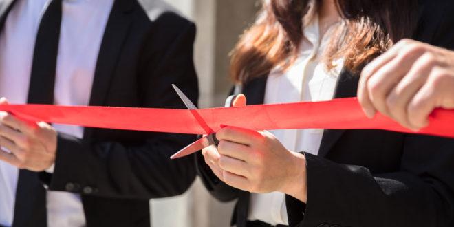 Eröffnung Schere Opening