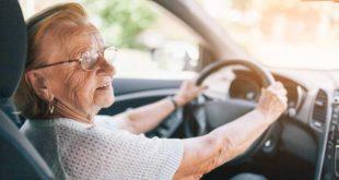 Ältere Frau beim Autofahren