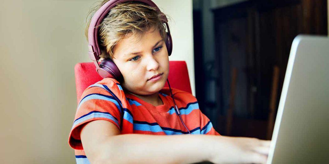Schüler Langeweile Computerspiel