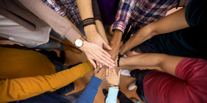 Demokratie Gemeinschaft gegen rechts Frieden Team Hände Hand Menschen