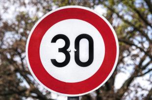 Tempo 30 Geschwindigkeit Schild Auto